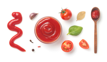 salsa de tomate en un recipiente aislado sobre fondo blanco
