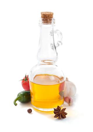 botella de aceite aislado y especias en el fondo blanco Foto de archivo