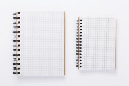 Papiernotizbuch oder Notizblockbuch auf weißem Hintergrund