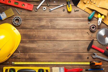Satz von Werkzeugen und Instrumenten am Holztischoberflächenhintergrund