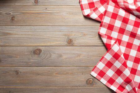 Stoffserviette auf rustikalem Holzbrett-Tischhintergrund, Draufsicht
