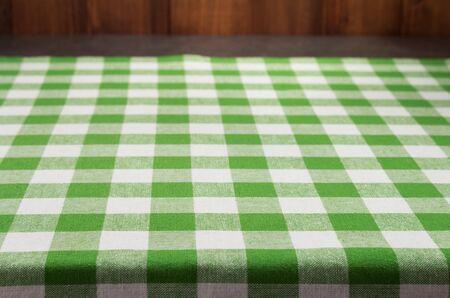 stoffen servet aan rustieke tafel aan de voorkant, houten plank board achtergrond Stockfoto