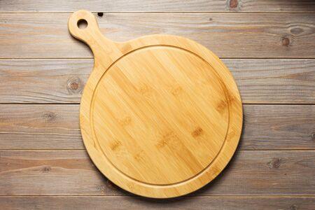 tagliere per pizza a tavola in legno sfondo, vista dall'alto