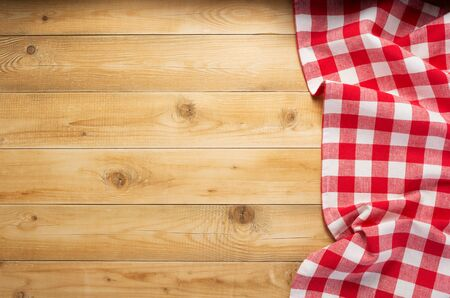 Stoffserviette am rustikalen Holzbrett-Tischhintergrund, Draufsicht