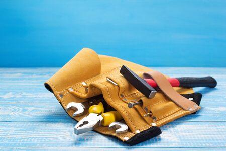 Werkzeuge und Instrumente im Gürtel auf Holztisch vorne, Plankenbrett Hintergrundtexturoberfläche