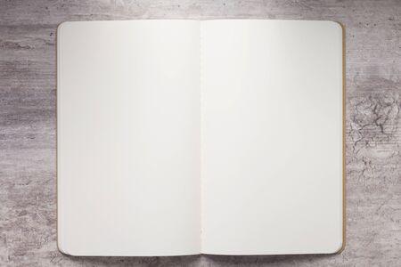 Notebookpapier aan stenen tafel, bovenaanzicht