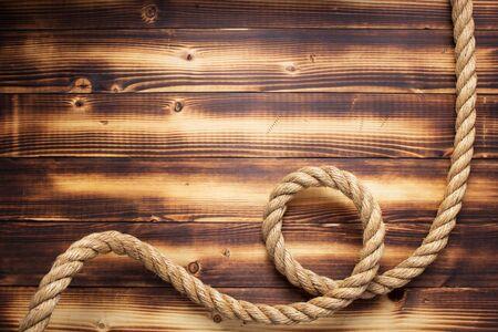 Cuerda de barco en el fondo de madera, textura de tablero de tablón