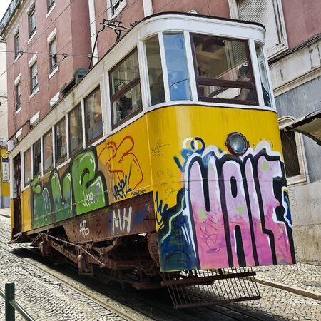 elevador: Portugal, Lisbon. Gloria funicular. In Europe, it is one of the oldest funicular. Editorial