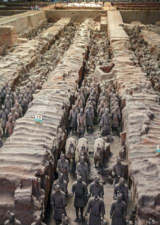 中国。8,000 人以上フルサイズの土偶戦士、馬と戦車の皇帝西安の秦始皇の陵の近くに埋葬されました。 写真素材