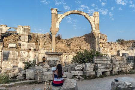 トルコ。紀元前 11 世紀に設立された、エフェソスの古代都市の遺跡 ...