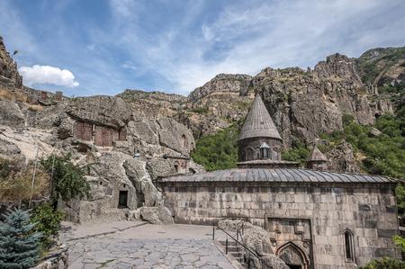 Armenië, het kloostercomplex Geghard. Ingangen naar de rotskerken en het graf van Proshyan zijn omringd door oude khachkars. Stockfoto