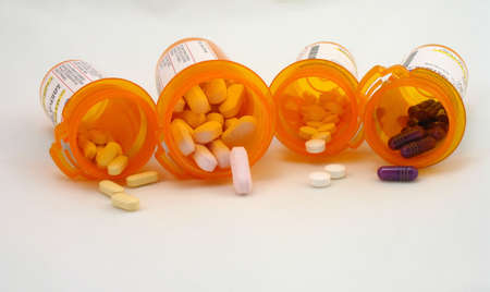 中に薬といくつかの処方ボトル