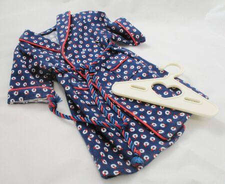 blauw en rood gewaad flanellen pop kleding met hanger en stropdas Stockfoto