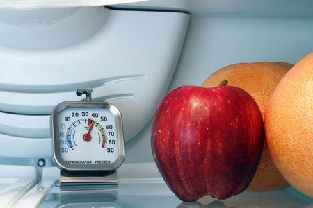 시원한 식품 저장 선반 위에있는 온도계. 스톡 콘텐츠