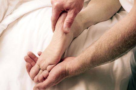 massage pied: Un gars mature recevant et un LMT renoncer � pied massoth�rapie � proximit�.  Banque d'images