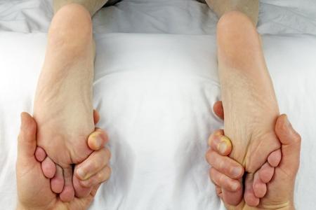 ambos: Macho obtener ambos pies masaje con reflexolog�a al mismo tiempo por las manos de un terapeuta masculino. Foto de archivo