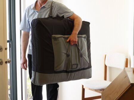 homme massage: Massoth�rapeute debout � l'int�rieur porte d'entr�e de la maison pr�t � donner � un client d'un massage � leur domicile.
