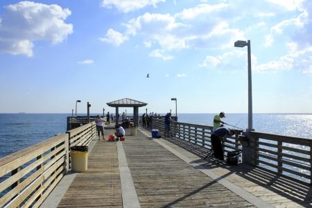 Dania Beach, FLORIDA - 25 januari 2013: Veel mensen vissen vanaf de lange beton en hout pier op een zonnige winterse dag bij John U. Lloyd Beach State Park in Dania Beach, Florida.