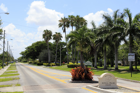 the royal county: OAKLAND PARK, FLORIDA - JUNE 17, 2013  Beautiful view of Royal Palm Isles welcome sign near Royal Palm Park at 1701 NW 38th Street on a tropical day in Oakland Park, Florida located in Broward County