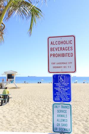 bebidas alcoh�licas: FORT LAUDERDALE, FLORIDA - 28 de enero 2014: Los signos en la playa del parque decirle a la gente a no traer bebidas alcoh�licas en el interior, donde el acceso para discapacitados es y que los animales de servicio entrenados s�lo est�n permitidos. Editorial