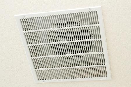 Vierkante witte terugkeer ontluchter gelegen in het plafond van een huis Stockfoto
