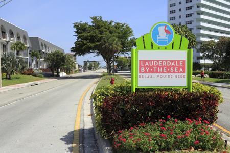 mediaan: Lauderdale-by-the-Sea, FL, USA - 7 april 2014: Lauderdale-by-the-Sea, Florida ingang teken in de mediaan van Highway A1A gezien vanuit Fort Lauderdale, die ten zuiden van de stad. Lauderdale-by-the-Sea, Florida is een schilderachtige en rustige stad van ongeveer 6.111 full t