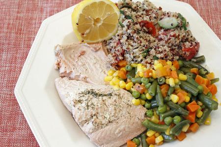 ejotes: La cena de la receta tricolor quinua con verduras mixtas y el salmón salvaje escalfado con eneldo y medio limón. Comida de la mezcla de verduras, plato de quinua tricolor y el salmón hierba