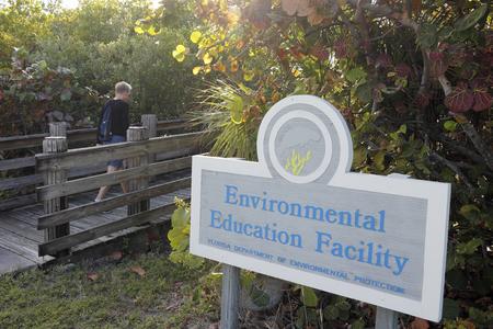 environmental education: Hollywood, FL, EE.UU. - 20 de diciembre 2014: Puente de madera del pie con el Fondo para la Educaci�n Ambiental ubicada en 9899 N Ocean Dr. Este centro est� ubicado en el extremo norte de John T Lloyd Beach State Park. Editorial