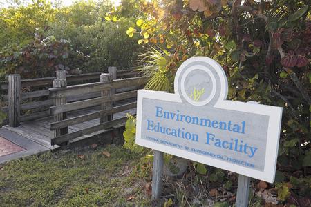 environmental education: Hollywood, FL, EE.UU. - 20 de diciembre 2014: Puente de madera del pie con el Fondo para la Educaci�n Ambiental en 9899 N Ocean Dr en John T Lloyd Beach State Park. Editorial