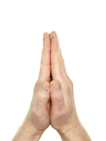 Mannelijke handen gedrukt samen in een gebaar van het gebed in de voorkant van een witte achtergrond. Twee blanke handen van een blanke man hield naast elkaar geïsoleerd op wit. Stockfoto
