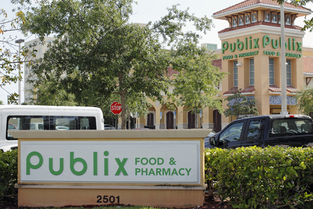 Fort Lauderdale, FL, USA - April 30, 2016: Two Publix Food & Pharmacy signs with a Publix grocery store. Publix grocery signs and supermarket on a sunny day Editöryel