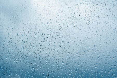 Drops of rain on the window glass. Shallow DOF. Window after rain. Blue Water background with water drops. Stockfoto