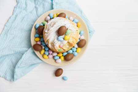 Traditional cupcake Easter cake kraffin with raisins on white background. choco eggs. Close up of homemade cake. Cruffin with candied fruits. Food. Copy space. Stockfoto