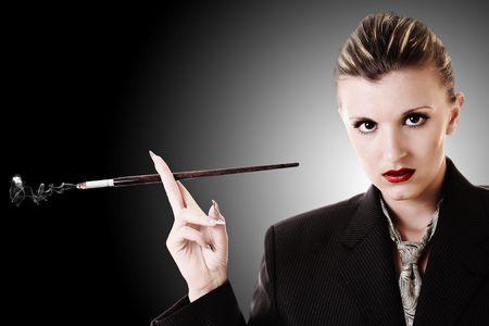 tenedores: Mujer con titular de cigarrillos en la suite de Oficina