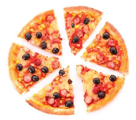 worsten: gesneden pizza met olijven op wit wordt geïsoleerd Stockfoto