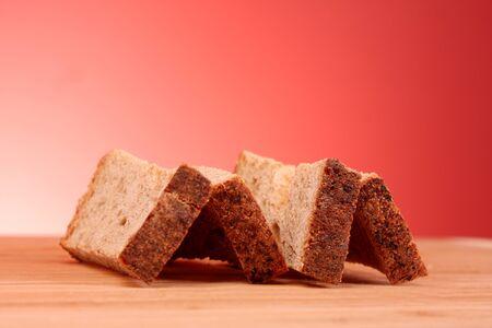 biscotte: Rusk sur fond rouge