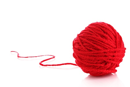 白で隔離される赤のウールの糸の赤いボール