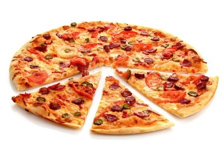 pizza: Smakelijke Italiaanse pizza op wit