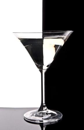 copa martini: Copa de Martini sobre fondo blanco y negro
