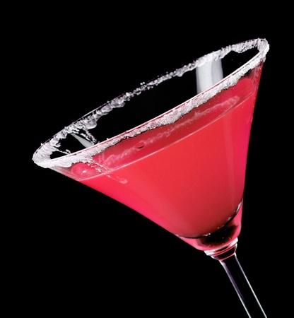 copa de martini: Vaso de Martini con c�ctel rojo sobre fondo negro