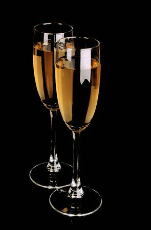 dwarsfluit: Bril met champagne op zwarte achtergrond