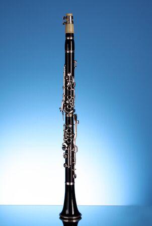 clarinete: Clarinete sobre fondo azul Foto de archivo