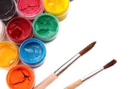 guache: Latas vibrantes coloridos de gouache y pincel aislados en blanco