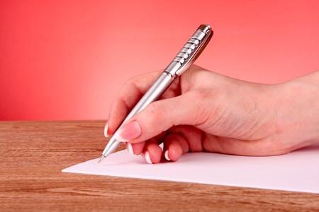writing book: penna in mano scrivere su carta