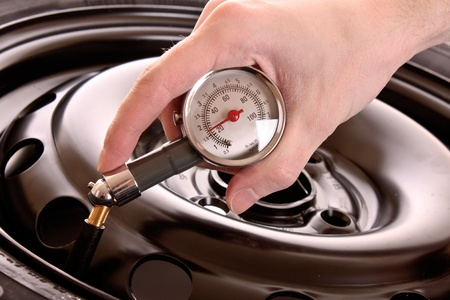 pneumatic: Checking pressure in tyre
