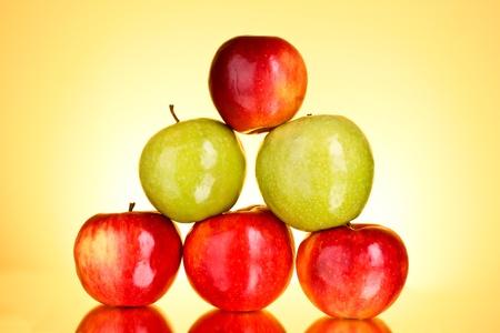 piramide alimenticia: Manzanas sobre fondo amarillo