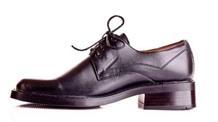 sandalias: Zapatos de hombre brillante aislados en blanco en negro