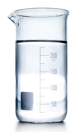 material de vidrio: Tubos de ensayo en colores gris aislados en blanco. Cristaler�a de laboratorio