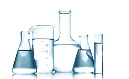 laboratorio: Tubos de ensayo en colores gris aislados en blanco. Cristaler�a de laboratorio