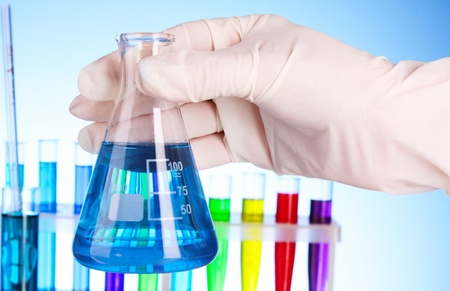 vaso de precipitado: Erlenmeyer con l�quido azul sobre fondo azul con tubos de ensayo